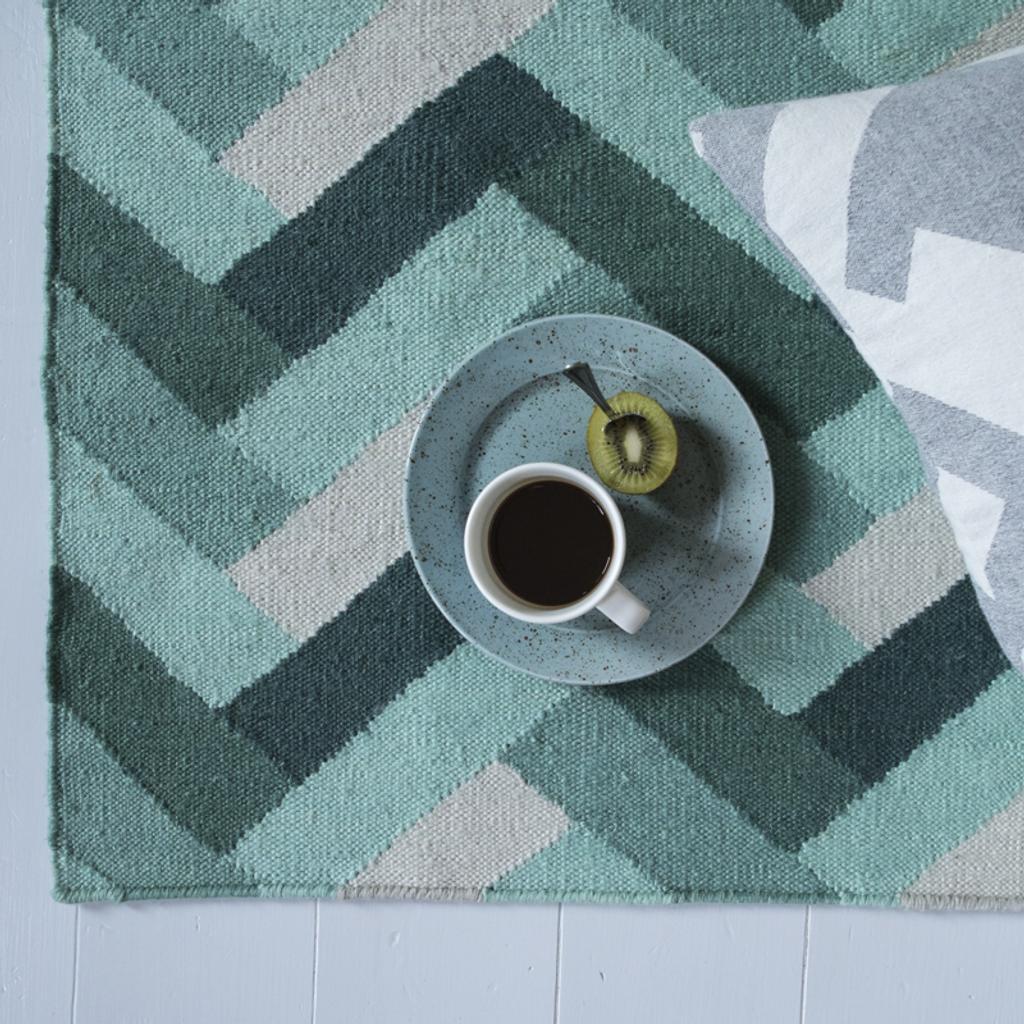 recycelter kunststoff teppich 150x200 cm in gr n f r innen und au en tujuh sch ne dinge. Black Bedroom Furniture Sets. Home Design Ideas