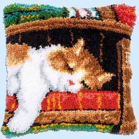 Cat Sleeping on Bookshelf - knoopkussen Vervaco | Smyrna kussen met poes op een boekenrek | Artikelnummer: vvc-149737