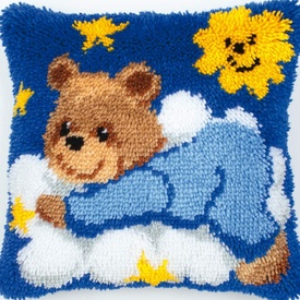 Blue Teddy on Cloud - smyrna kussen Vervaco | Knoopkussen met teddybeertje | Artikelnummer: vvc-2560-3620