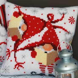 Singing Christmas Gnomes - Vervaco Kruissteekkussen |  | Artikelnummer: vvc-164611