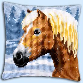 Horse in the Snow - Vervaco Kruissteekkussen |  | Artikelnummer: vvc-157077