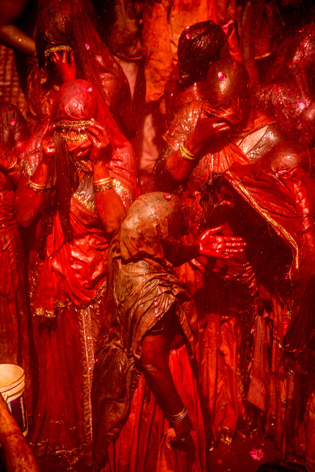 Red painted Women in  Baladev Dauji Temple, 2014  | Edition 5 | Artikelnummer: AWA_15_108x72PAG